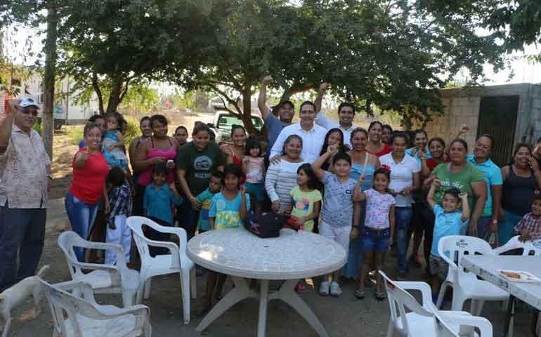 siguen-sumandose-familias-a-hector-santana