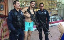 uniformados-prestan-su-arma-a-turista-y-se-toman-foto