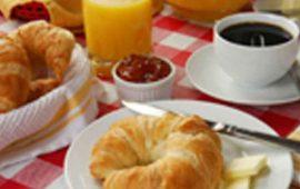 """En ocasiones por querer bajar de peso y consumir menos calorías, podemos cometer varios errores al desayunar. Cada vez es más común escuchar o leer la frase de que """"el desayuno es la comida más importante del día"""" en los medios de comunicación, quienes constantemente hablan acerca de la importancia de desayunar, de forma abundante, y es que ésta es completamente cierta. Desayunar bien, no sólo contribuye a que nuestro metabolismo y cerebro trabajen de forma adecuada durante el día, sino que nos aporta la energía y los nutrientes que necesitamos para realizar todas nuestras tareas diarias. En ocasiones tenemos el propósito de querer bajar de peso o consumir menos calorías, y eso puede llevarnos a tomar malas decisiones que en lugar de ayudarnos a llegar a nuestra meta, tienen el efecto contrario en nuestro cuerpo, como desayunar poco o no desayunar, lo que nos lleva a aumentar de peso. A continuación te mencionamos 3 errores comunes al desayunar que te hacen engordar: 1. No desayunar A diferencia de lo que se podría pensar, no desayunar con el fin de consumir menos calorías, es lo peor que puedes hacer. El organismo es muy sabio y cuando lo privas de alimento sabrá guardar reservas de grasa para utilizarlas cuando no le des de comer, lo que ocasiona que nuestro metabolismo se alente y no funcione de manera adecuada. De acuerdo con un estudio del American Journal Epidemiology, las personas que se saltan el desayuno regularmente, tienen mayor riesgo de padecer obesidad en el futuro. Además si no se desayuna, es más difícil controlar los antojos durante el resto del día. 2. Desayunar poco Un desayuno escaso no te proveerá de la energía que tu cuerpo demanda durante el día, y desayunar poco no te hará bajar de peso, sino todo lo contrario. El desayuno es la única comida del día que el cuerpo asimila de forma adecuada y es totalmente necesario para inyectar el cuerpo de energía para el día. Si lo que quieres es bajar de peso, la mejor opción es desayunar de forma abundant"""
