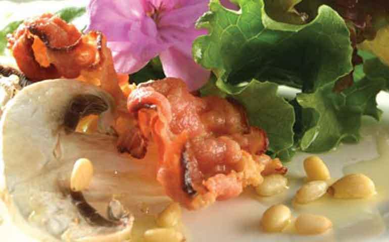 Ensalada-de-tocino-y-piñones-con-vinagreta-de-mostaza-