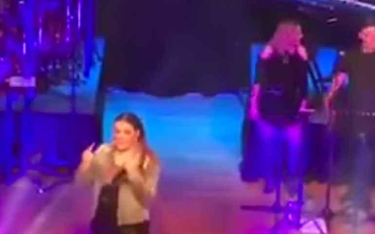 Yuridia-insulta-a-fan-con-la-'Britney-señal'-en-un-concierto-