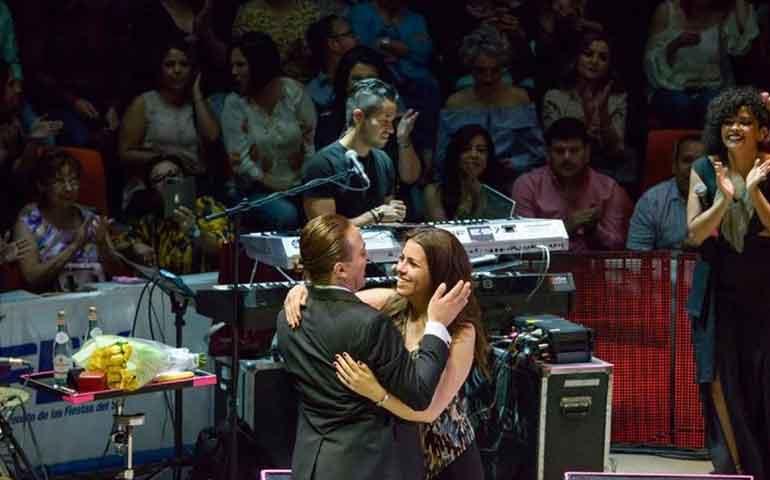 Cristian-Castro-le-pidió-matrimonio-a-su-novia-Victoria-en-concierto-