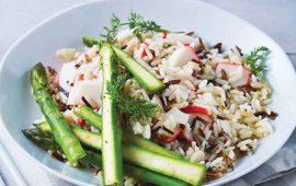 Ensalada-tibia-de-arroz-salvaje-con-surimi-