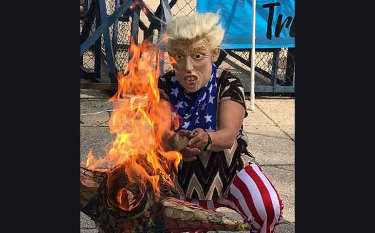 queman-bandera-de-eu-frente-a-embajada-estadunidense