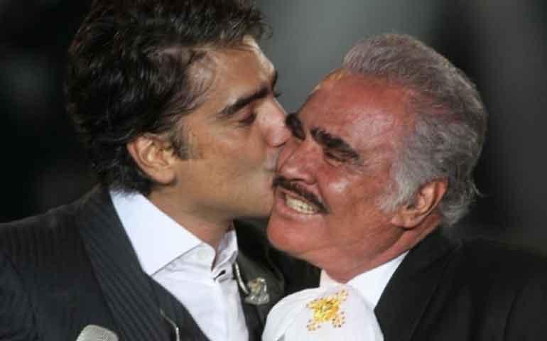 Alejandro-Fernández-llora-al-interpretar-una-canción-para-su-papá-Vicente-