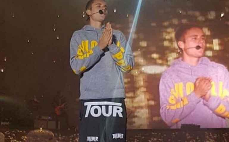 "VIDEO--Justin-Bieber-recibe-botellazo-por-no-saberse-""Despacito"""