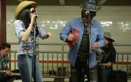 VIDEO--Miley-Cyrus-y-Jimmy-Fallon-dan-concierto-sorpresa-en-metro-de-NY