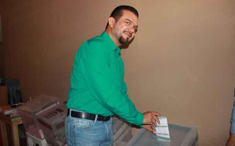 alejandro-galvan-vota-acompanado-de-su-familia