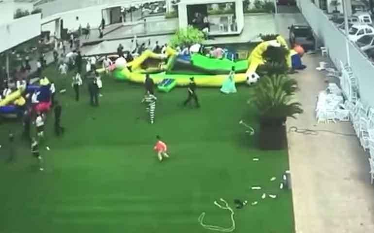 rafaga-de-viento-arrastra-ninos-e-inflables-en-san-luis-potosi
