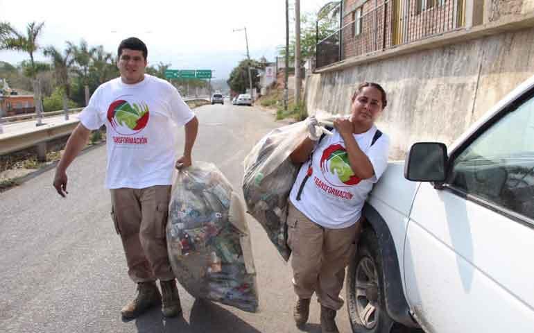 realizan-limpieza-sobre-carretera-200-en-bahia-de-banderas