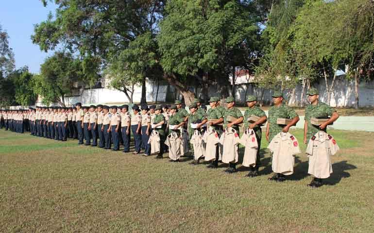 se-entregan-uniformes-administrativos-al-personal-militar