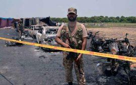 tragedia-en-pakistan-mueren-153-personas-calcinadas-en-accidente-de-pipa
