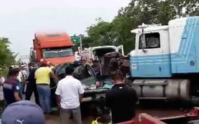 trailer-destroza-a-camioneta-en-chiapas-hay-7-muertos