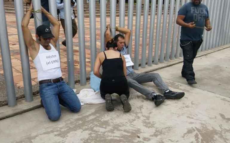 Manifestantes-se-amarran-afuera-del-Congreso-de-Sinaloa-