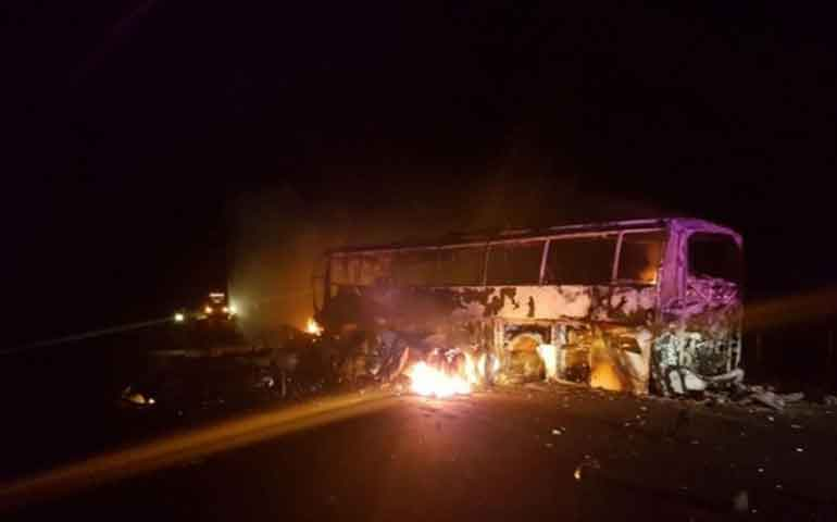autobus-se-impacta-contra-trailer-mueren-7-personas-calcinadas
