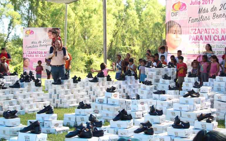 beneficiadas-2mil-familias-con-programa-zapatos-nuevos-para-mi-clausura