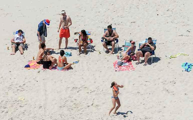 gobernador-de-eu-cierra-playa-por-falta-de-dinero-pero-el-si-entra-con-su-familia