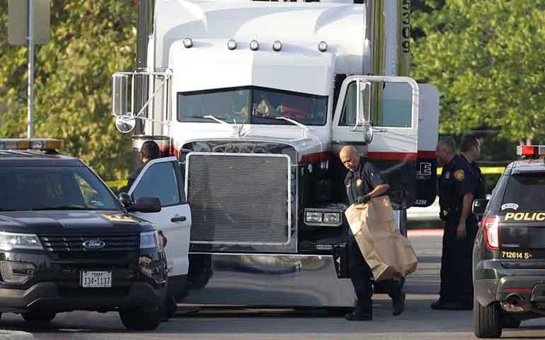 hallan-8-cadaveres-y-28-personas-heridas-en-un-trailer-en-texas