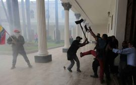 turba-irrumpe-en-parlamento-venezolano-y-agrede-a-diputados