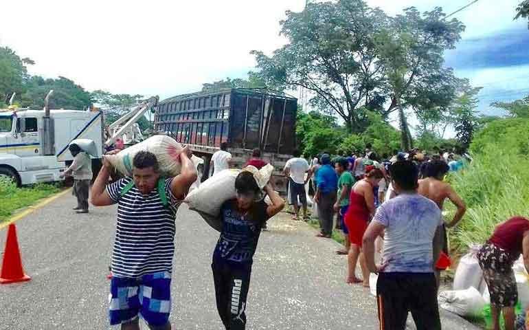 vuelca-trailer-con-45-toneladas-de-maiz-y-aflora-la-rapina