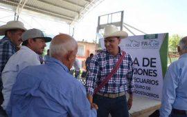 beneficia-roberto-a-2-mil-850-ganaderos-afectados-por-mal-clima