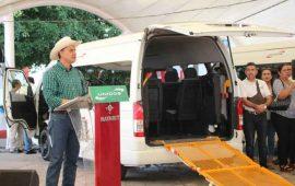 entrega-roberto-53-vehiculos-para-transportar-a-personas-con-capacidades-diferentes