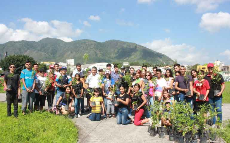 jovenes-reforestan-parque-de-la-dignidad-en-tepic