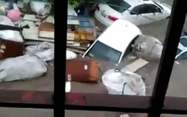 lluvia-arrastra-vehiculos-en-nuevo-leon-viento-los-voltea