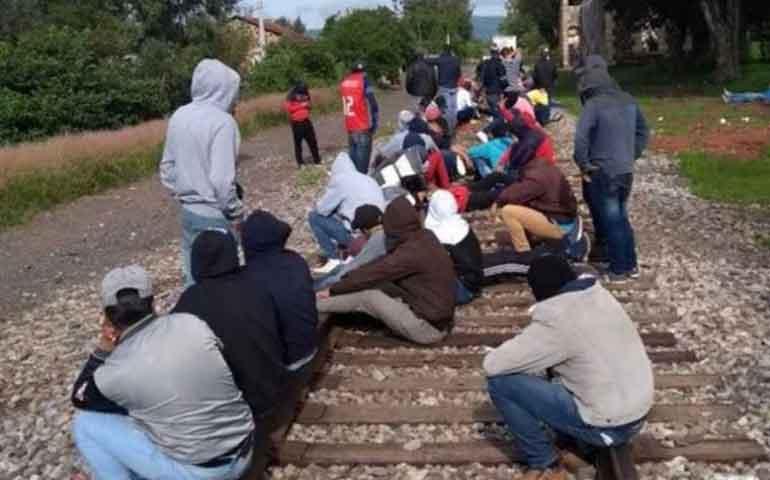 normalistas-bloquean-via-de-tren-por-plazas-automaticas