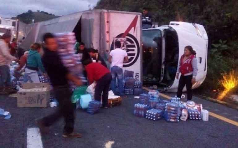 vuelca-trailer-y-saquean-viveres-para-damnificados-por-temblor