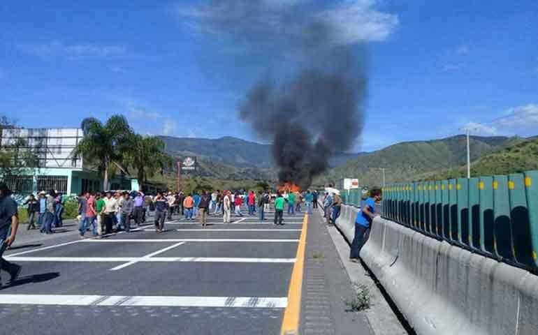bloquean-la-autopista-orizaba-puebla-y-queman-dos-patrullas