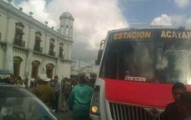 ciudadanos-detienen-camion-por-cobrar-8-pesos