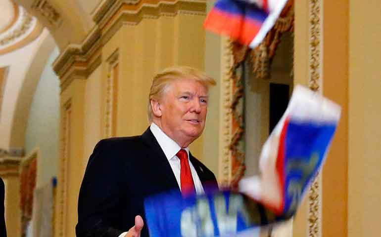 increpan-a-trump-en-el-capitolio-y-le-lanzan-banderas-rusas