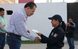 entrega-jaime-cuevas-recursos-para-mejoramiento-de-vivienda-a-policias-de-bahia-de-banderas