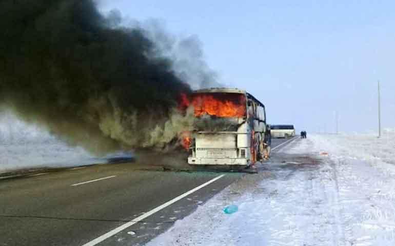 mueren-52-personas-tras-incendiarse-un-autobus-en-kazajistan