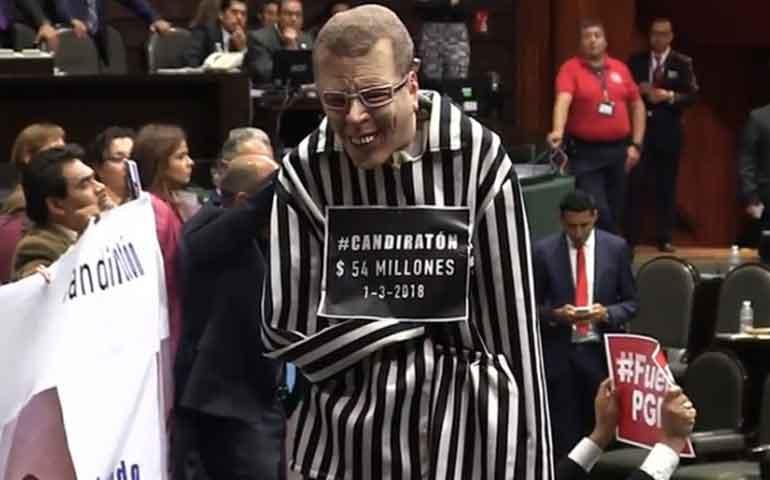 diputados-exhiben-muneco-de-anaya-vestido-de-prisionero