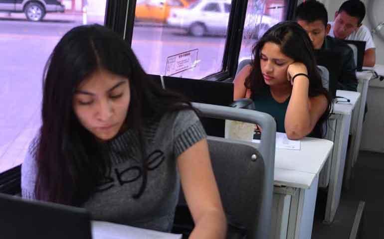 plaza-comunitaria-movil-del-inea-acerca-la-educacion-a-jovenes-y-adultos