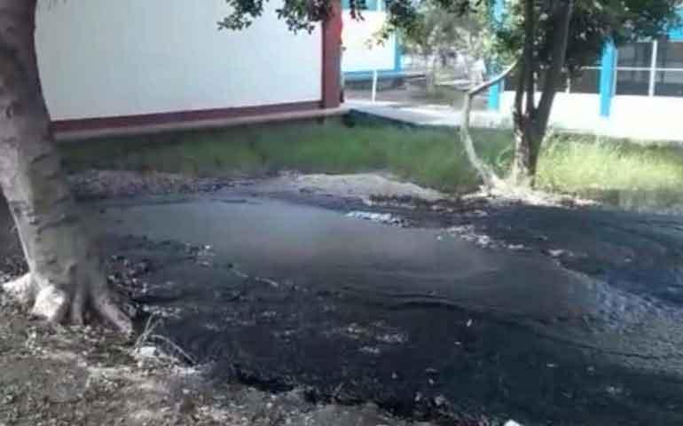 brota-petroleo-en-patio-de-escuela-de-altamira-tamaulipas