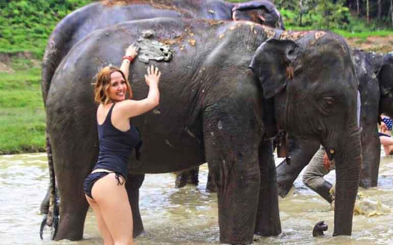 andrea-legarreta-posa-muy-sexy-junto-a-gran-elefante