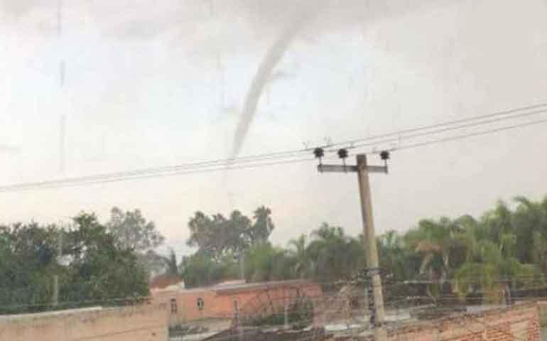 tornado-sorprende-a-villa-corona-jalisco