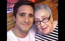 diego-boneta-sorprende-amorosamente-a-su-abuela