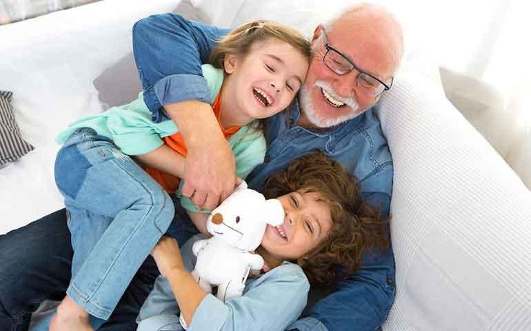 estudio-confirma-que-cuidar-a-los-nietos-alarga-la-vida-de-los-abuelos