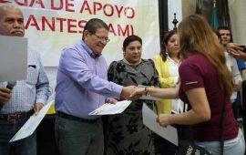 javier-castellon-entrego-apoyos-economicos-a-nayaritas-repatriados
