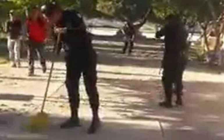 por-abusadores-castigan-a-policias-poniendolos-a-barrer