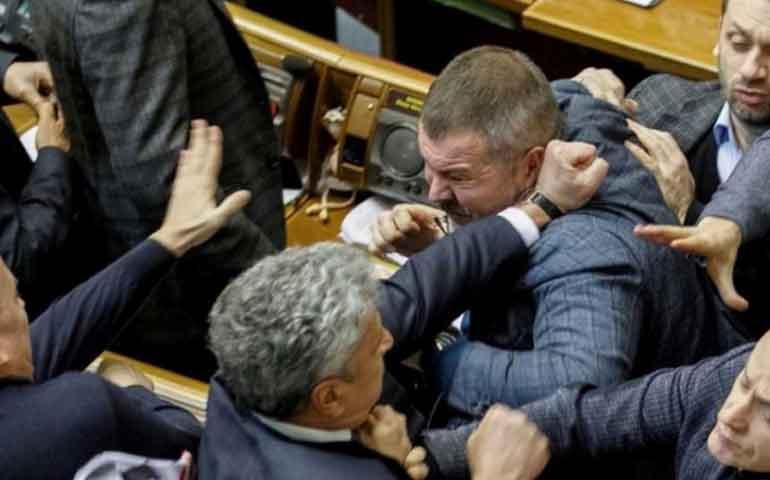 se-arma-batalla-campal-en-el-parlamento-de-ucrania